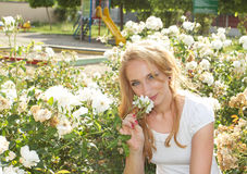 Blumenschönheitsfrau Stockfotografie