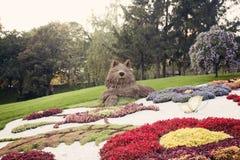 Blumenskulptur des grauen Wolfs – Blumenschau in Ukraine, 2012 Stockfotos