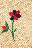 Blumenstickerei auf Korb Lizenzfreies Stockbild