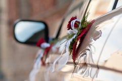 Blumensträuße auf Autotüren Stockbilder