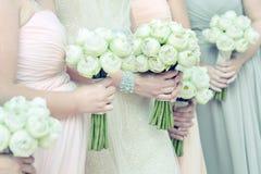 Blumensträuße in der Frauhand Stockfoto