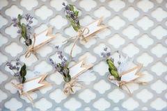Blumensträuße mit Bändern loof durch Stahlgitter stockfoto