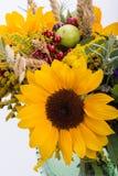 Blumensträuße von Blumen und von Kräutern Stockbild