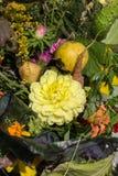 Blumensträuße von Blumen und von Kräutern Stockfotos