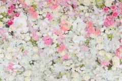 Blumensträuße von Blumen verzierten den Hintergrund lizenzfreies stockbild