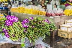Blumensträuße von den purpurroten und weißen Orchideenblumen, die an gestapelt werden, zeigen a an Stockfotos