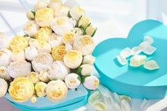 Blumensträuße von Papierblumen in den Pappschachteln Stockbilder