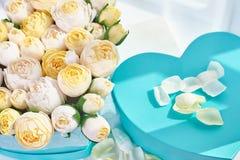 Blumensträuße von Papierblumen in den Pappschachteln Stockfoto