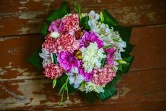 Blumenstrauß als Geschenk Stockbilder