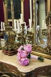 Blumenstrauß auf antiker Tabelle Lizenzfreie Stockbilder