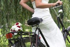 Blumenstrauß auf dem Fahrrad Stockbilder