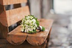 Blumenstrauß auf der Bank Stockfoto
