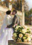 Blumenstrauß auf einem Hintergrund ein Bräutigam und ein Verlobtes Stockfotos
