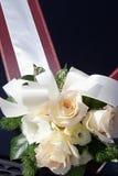 Blumenstrauß auf einem Hochzeitsauto. Stockfotos