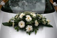 Blumenstrauß auf einem Hochzeitsauto Lizenzfreie Stockfotografie