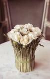 Blumenstrauß auf einer Tabelle Lizenzfreie Stockfotos