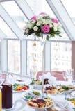 Blumenstrauß auf einer Tabelle in einem Restaurant Lizenzfreie Stockfotos