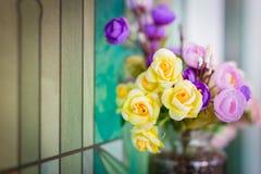 Blumenstrauß auf Glastisch lizenzfreies stockfoto
