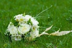 Blumenstrauß auf grünem Gras Lizenzfreie Stockbilder