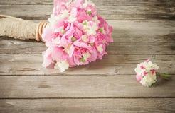 Blumenstrauß auf hölzernem Hintergrund Stockfotografie