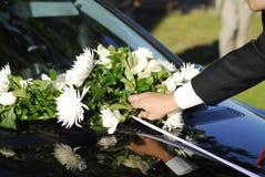 Blumenstrauß auf Hochzeitsauto Stockfotos