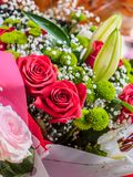 Blumenstrauß Blumen, Rosen und lirius lizenzfreies stockbild