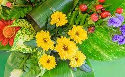 Blumenstrauß, Blumengesteck mit chrysantemus, weiße Rosen, farbige wilde Rosen, rote Pyracanthabeeren, Abschluss oben, Lizenzfreies Stockbild
