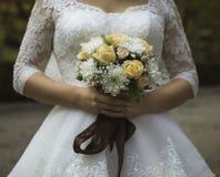 Blumenstrauß in den Händen der Braut Lizenzfreie Stockfotografie
