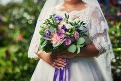 Blumenstrauß in den Händen der Braut, Frau, die vor Hochzeitszeremonie fertig wird stockfoto