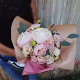 Blumenstrauß in den Händen des Mädchens Stockfoto
