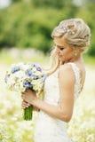Blumenstrauß in den Händen von Stockfotografie