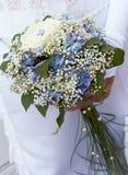 Blumenstrauß der blauen und weißen Braut. lizenzfreie stockfotografie