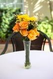 Blumenstrauß der Blumen auf Tabelle Stockfotos