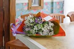 Blumenstrauß der Blumen im Innenraum Stockfotografie
