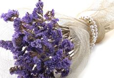 Blumenstrauß der Blumen und der Halskette der Perlen Lizenzfreies Stockbild