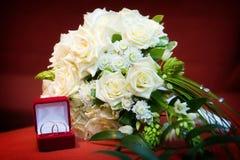 Blumenstrauß der Braut und der Hochzeitsringe Lizenzfreie Stockfotografie