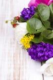 Blumenstrauß der bunten Blumen Stockfotografie