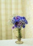 Blumenstrauß der dunkelblauen Farben Stockbilder