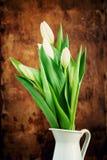 Blumenstrauß der Frühlings-Tulpe in einem Krug Stockbild