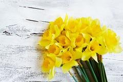 Blumenstrauß der frischen Frühlingsnarzisse blüht auf weißem hölzernem backg Lizenzfreie Stockfotos