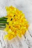 Blumenstrauß der frischen Frühlingsnarzisse blüht auf weißem hölzernem backg Lizenzfreie Stockbilder