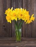 Blumenstrauß der frischen Narzisse auf hölzernem Hintergrund Lizenzfreie Stockfotografie