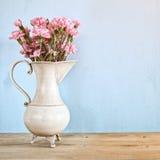 Blumenstrauß der Gartennelke blüht im Weinleseweißvase lizenzfreie stockfotografie