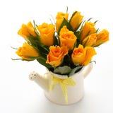 Blumenstrauß der gelben Rosen in der weißen Gießkanne Lizenzfreie Stockfotografie