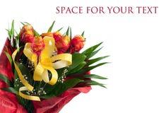 Blumenstrauß der gelben Rosen mit roter Dekoration Stockfoto