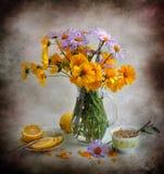 Blumenstrauß der gelben und lila Blumen Lizenzfreie Stockfotos