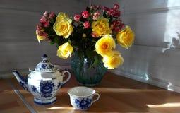 Blumenstrauß in der Küche Stockbilder