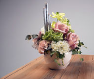 Blumenstrauß der künstlichen Blumen im Vase auf dem Tisch Lizenzfreies Stockbild