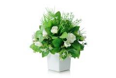 Blumenstrauß der künstlichen Blumen im Vase lokalisiert auf weißem Hintergrund Stockfotografie