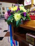 Blumenstrauß in der Kirche lizenzfreies stockbild